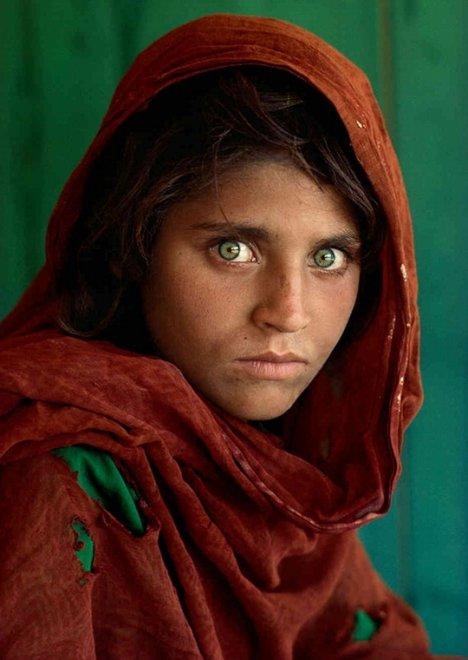 Steve McCurry (1950) fotografa il mondo: una vita in viaggio per documentare le realtà meno agiate 1