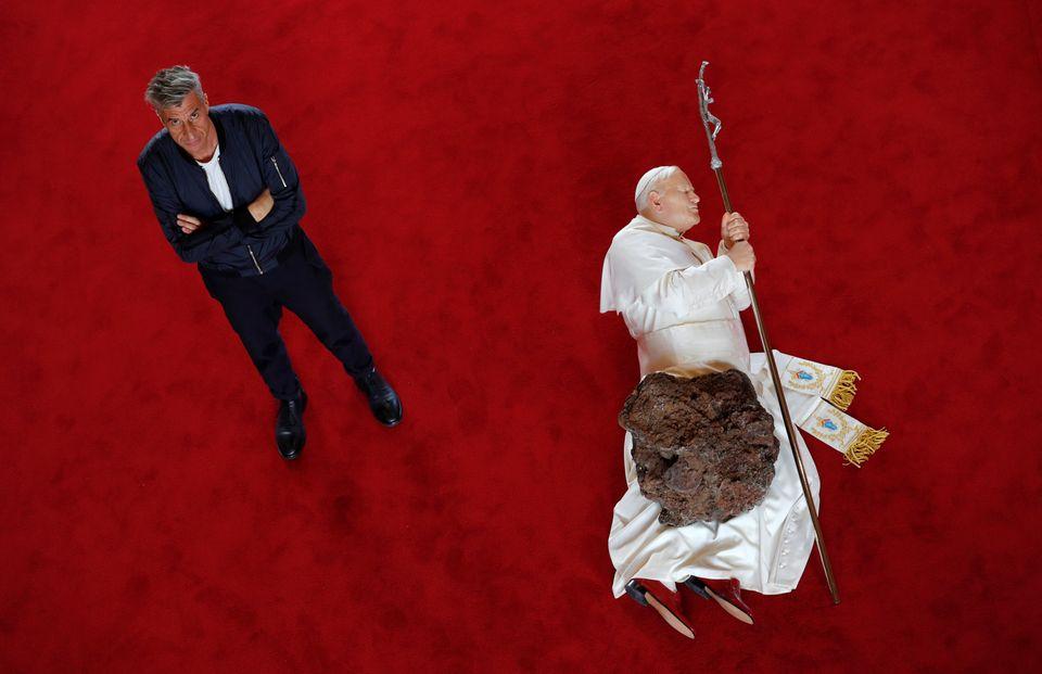 Maurizio Cattelan: tra immobilità e denuncia, è il padre dell'Arte Relazionale 2