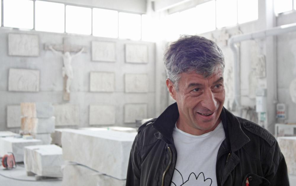 Maurizio Cattelan: tra immobilità e denuncia, è il padre dell'Arte Relazionale 1